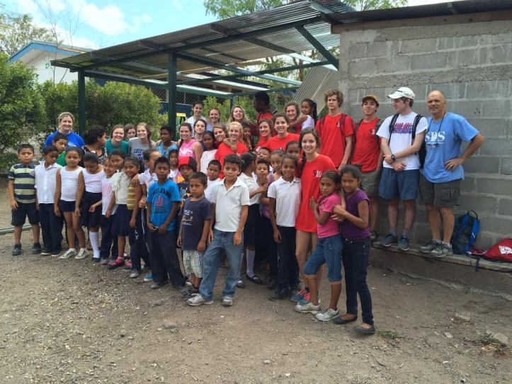 The Nicaragua group, accompanied by the schoolchildren they benefited.